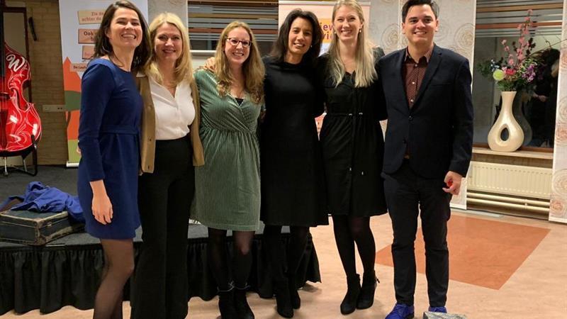 Foto:Van links naar rechts: Rosanne Lucas (onderzoeksprojectleider), Ingrid Sluiseman, Chrissie van Helvoirt, Anne-Mei Thé (grondlegger Sociale Benadering Dementie), Yana Vovk, Mark Smit (inhoudelijk projectleider)